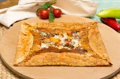 可口绉纱用蘑菇和乳酪服务用在木板的开胃菜 图库摄影