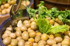 可口绿橄榄在市场上 免版税图库摄影