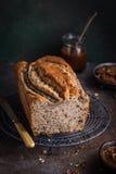 可口胡桃和焦糖香蕉大面包蛋糕 库存照片