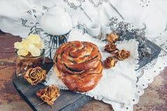 可口自创小甜面包用桂香和糖给在一古色古香的书桌woonde的圣诞节上釉 复制空间 免版税库存照片