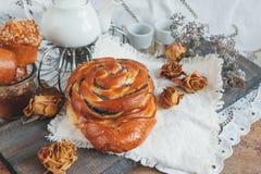 可口自创小甜面包用桂香和糖给在一古色古香的书桌woonde的圣诞节上釉 库存照片