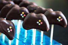 可口自创巧克力蛋糕在准备的棍子流行 免版税库存图片