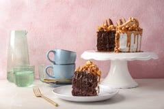 可口自创蛋糕用焦糖调味汁、蛋白杏仁饼干和玉米花在桌上 库存照片