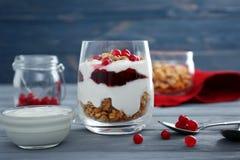 可口自然酸奶冷甜点用莓果和格兰诺拉麦片 库存图片