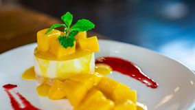 可口芒果软的奶油甜点乳酪蛋糕 库存图片