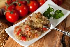 可口茄子沙拉用葱胡椒和蕃茄 免版税库存照片