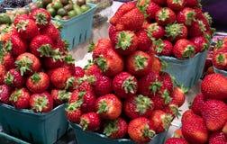 可口草莓待售 免版税库存图片