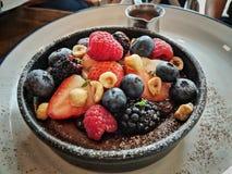 可口莓果巧克力馅饼在中部集中于莓果 免版税库存图片