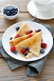 可口薄煎饼、绉纱用莓和蓝莓 库存图片
