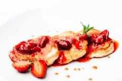 可口薄煎饼用在白色的草莓酱 库存照片