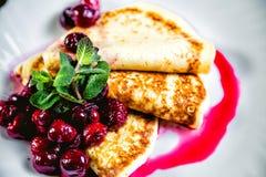 可口薄煎饼用新鲜的樱桃,早餐 库存照片
