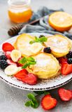 可口薄煎饼用莓果 免版税库存图片