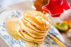 可口薄煎饼用黄油和枫蜜 免版税库存图片