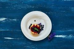 可口蛋糕服务用蓝莓、果酱和薄荷叶 库存照片