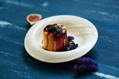 可口蛋糕服务用蓝莓、果酱和薄荷叶 库存图片