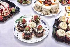 可口蛋糕用巧克力和草莓在板材 夏天鲜美点心 免版税图库摄影