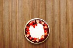 可口蛋糕用樱桃草莓和巧克力 免版税库存图片