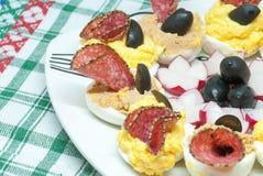 可口被充塞的煮沸的半鸡蛋用用蒜味咸腊肠和blac混合与乳酪或肝脏头脑和装饰的另外装填卵黄质 免版税图库摄影