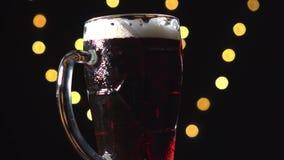 可口被制作的烈性黑啤酒、搬运工或者黑啤酒转动 股票视频