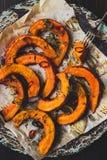 可口被烘烤的南瓜用麝香草和辣椒在木桌上,顶视图 免版税库存照片