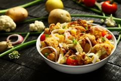 可口被烘烤的土豆和花椰菜沙拉 免版税库存图片