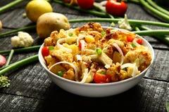 可口被烘烤的土豆和花椰菜沙拉 免版税图库摄影
