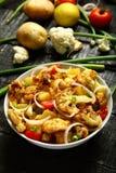 可口被烘烤的土豆和花椰菜 服务在白色碗 免版税库存照片