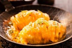 可口被烘烤的土豆用乳酪 免版税库存照片