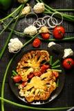 可口被烘烤的开胃菜土豆和花椰菜 服务在白色碗 免版税库存图片