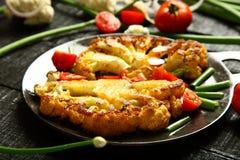 可口被烘烤的开胃菜土豆和花椰菜 服务在白色碗 免版税图库摄影
