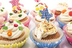 可口装饰的杯形蛋糕和五颜六色 免版税库存照片