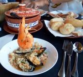 可口西班牙膳食海鲜用米在一块巨大的板材服务 库存图片
