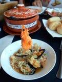 可口西班牙膳食海鲜用米在一块巨大的板材服务 免版税库存图片