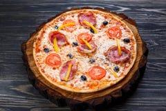 可口西西里人的薄饼用烟肉、橄榄和蕃茄服务 库存照片