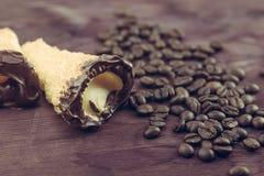 可口西西里人的cannolo cannellino甜点用在咖啡豆附近的酥皮点心榛子 库存照片