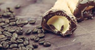 可口西西里人的cannolo cannellino甜点用在咖啡豆附近的酥皮点心榛子 库存图片