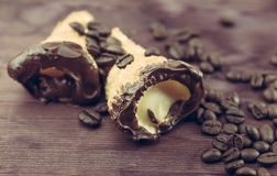 可口西西里人的cannolo cannellino甜点用在咖啡豆附近的酥皮点心榛子 免版税图库摄影