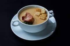 可口豌豆奶油汤用油煎方型小面包片和烟肉 免版税库存图片