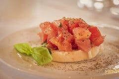 可口起始者bruschetta用长方形宝石蕃茄和蓬蒿 库存照片