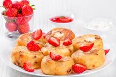 可口酸奶干酪薄煎饼用葡萄干和草莓 免版税库存照片