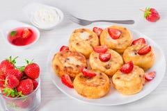 可口酸奶干酪薄煎饼用葡萄干和草莓 免版税图库摄影