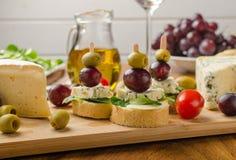 可口青纹干酪用橄榄、葡萄和沙拉 库存图片