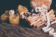 可口面包棒grissini 意大利语的开胃菜 棉花和自然亚麻制鞋带木黑暗的背景和粗麻布花  库存照片
