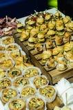 可口饼用肉和菜填装了在木 库存图片