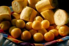 可口香蕉和樱桃李子在五颜六色的板材开胃菜, 库存图片