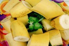 可口香蕉和樱桃李子在五颜六色的板材开胃菜, 库存照片