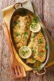 可口鱼:有大蒜谄媚草本sau的被烘烤的鳟鱼内圆角 库存照片