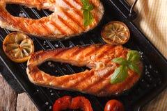 可口鲑鱼排和菜在格栅平底锅 免版税库存照片