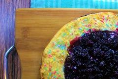 可口鲜美樱桃饼玉米粉薄烙饼与在立即可食木板的背景洒 图库摄影