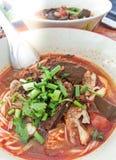 可口鲜美米线用辣肉调味汁和菜在碗Kanom Jeen Nam Ngeaw,北泰国食物 免版税图库摄影